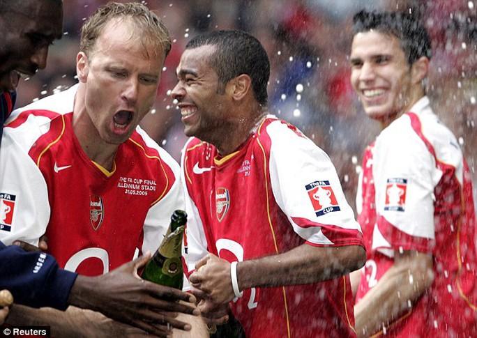 Cole trong một lần vô địch cùng Arsenal