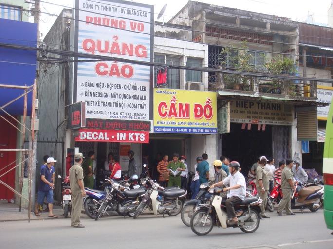 Lực lượng công an đang thu thập thông tin ở hiện trường vụ giết người cướp xe máy vào trưa 23-9, tại nhà 817 Hậu Giang, phường 11, quận 6 – TP HCM.