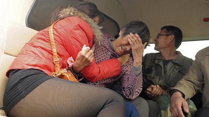 Người thân của những học sinh thiệt mạng đau buồn. Ảnh: Reuters