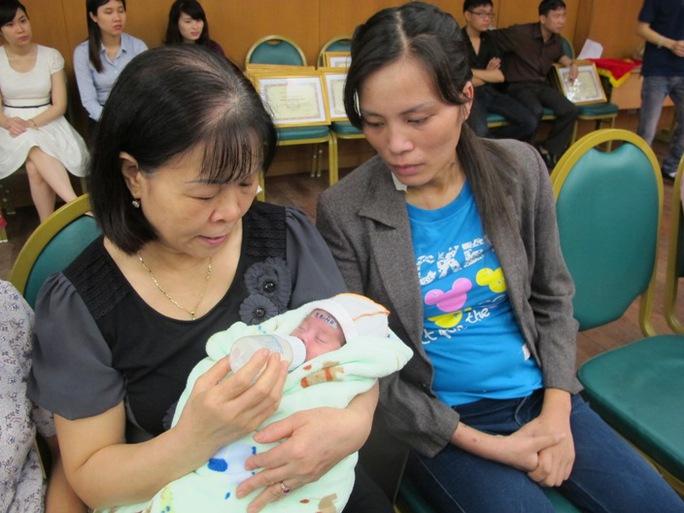 Bệnh nhân Bùi Thị Lan Hương (phải) và con ngày 23-4