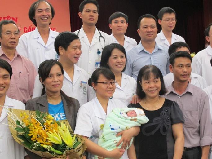 Mẹ con sản phụ Hương cùng các y bác sĩ và cán bộ y tế BV Bạch Mai ngày xuất viện