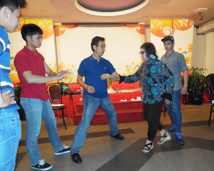 NSƯT Diệu Hiền hướng dẫn võ thuật cho các nghệ sĩ trẻ trong chương trình Sân khấu cộng đồng.