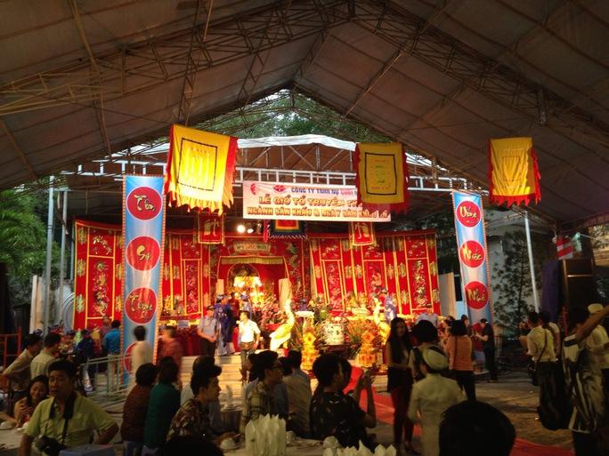 Đông khán giả và nghệ sĩ đến dâng hương tại Sân khấu Nụ Cười Mới trong ngày giỗ Tổ sân khấu