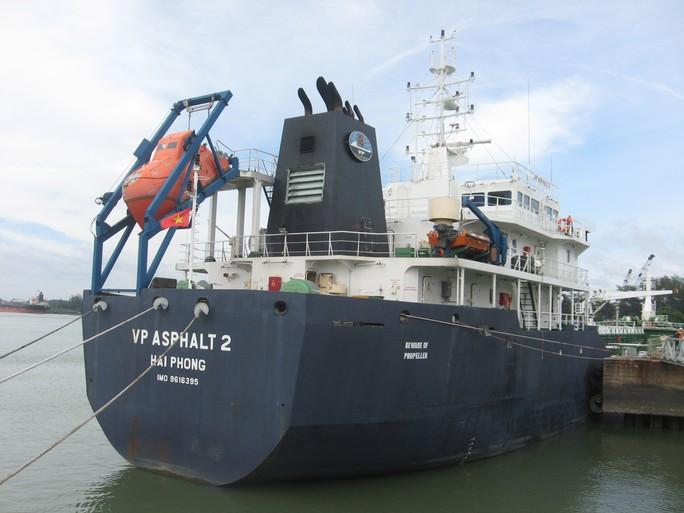 Tàu ASPHALT 2 neo đậu tài cảng Gò Dầu