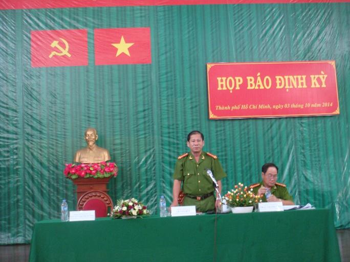 Đại tá Lê Tấn Bửu (người đứng), Giám đốc Cảnh sát PCCC TP HCM, tại buổi họp báo thường kỳ vào chiều 3-10.