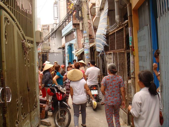 Đến sáng 23-3, rất đông người dân trong hẻm 84 Trần Văn Quang, phường 10, quận Tân Bình – TPHCM, vẫn còn bàn tán việc vợ chồng chị Hồng… phát hiện hơn 5 triệu Yên trong món hàng đồng nát.