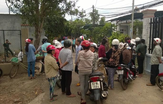 Rất nhiều người dân trong khu vực khi nghe tin ông Dinh bị sát hại bằng cách cắt cổ đã man vào sáng 11-4, vẫn bàn tán không ngớt.