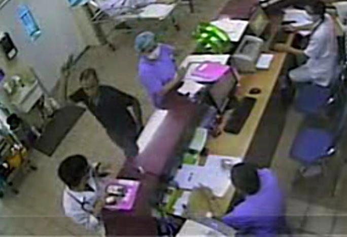 Sau khi hành hung nữ điều dưỡng, Nguyễn Tiến Dũng lao lại đánh bác sĩ của kíp trực
