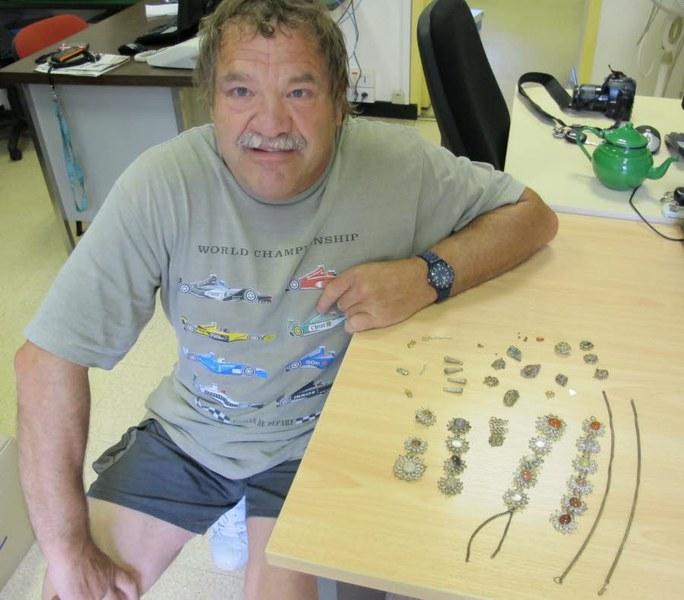 Ông Daniel Roche và số kho báu được tìm thấy. Ảnh: Ledauphine