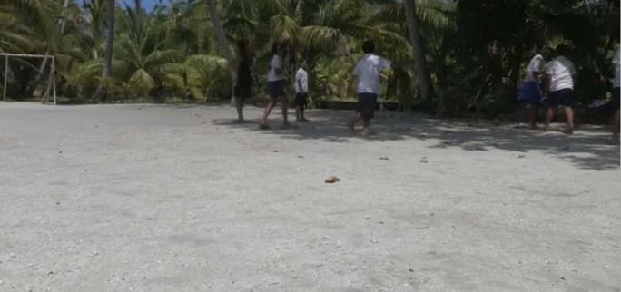 Trẻ em trên đảo tụ tập chơi bóng. Ảnh: BBC