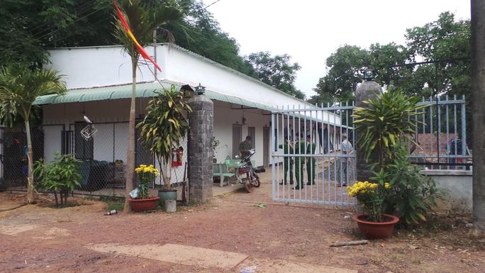 Công an khám nghiệm hiện trường vào sáng 11-2, tại khu nhà trọ của ông Thọ.