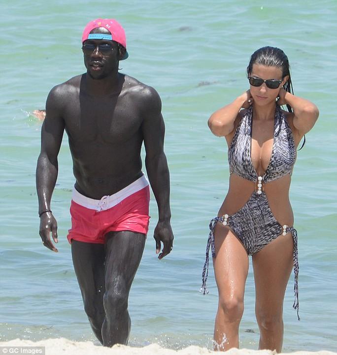 Sagna và vợ trên bãi biển Miami, Mỹ