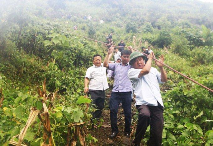 Bộ trưởng Đinh La Thăng đu bám dây xuống hiện trường - Ảnh: NGUYỄN KHÁNH