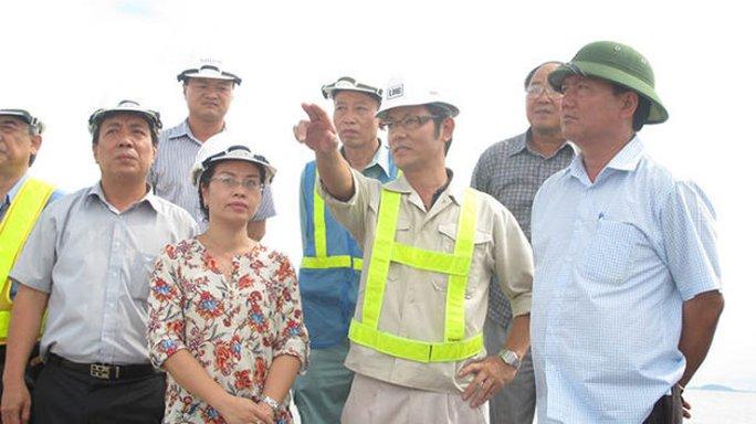 Bộ trưởng Đinh La Thăng (bìa phải) kiểm tra tiến độ thi công đường cao tốc Hà Nội - Hải Phòng - Ảnh: T.Hoàng