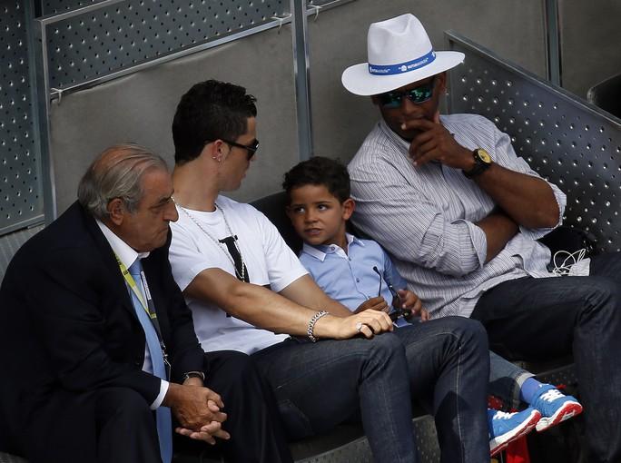 Ronaldo tranh thủ thời gian dưỡng thương đưa con trai đi xem giải Madrid Open