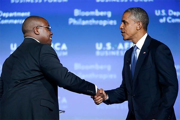 Tổng thống Barack Obama (phải) đón tiếp doanh nhân Takunda Ralph Michael Chingonzo ến từ Zimbabwe. Ảnh: Reuters
