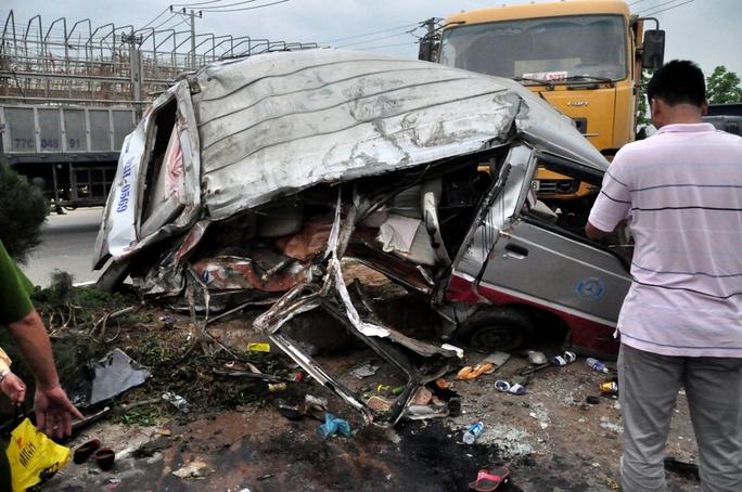 Chiếc xe khách bẹp dí sau tai nạn.