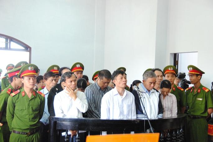 Vũ Việt Hùng (người mặc áo trắng tứ 2, từ trái qua) một mực kêu mình vô tội