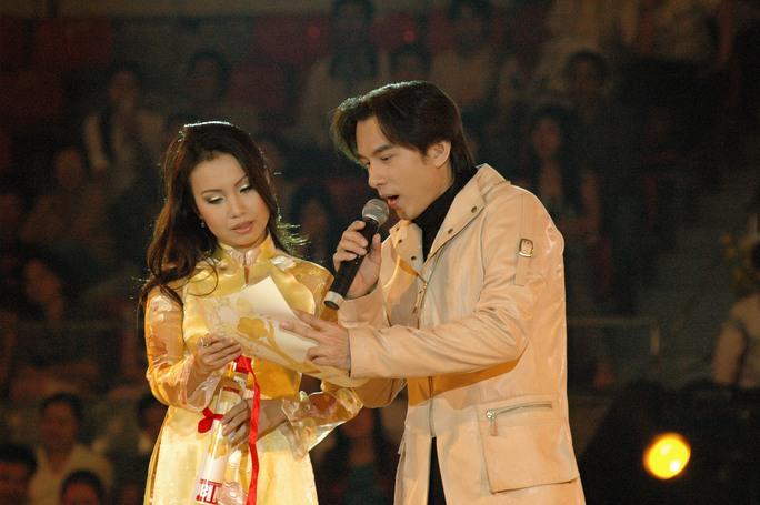 Đan Trường cùng Cẩm Ly trao cúp Mai Vàng cho nghệ sĩ Thanh Thủy