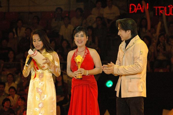 Cả hai trao Giải Mai Vàng cho nghệ sĩ Thanh Thủy