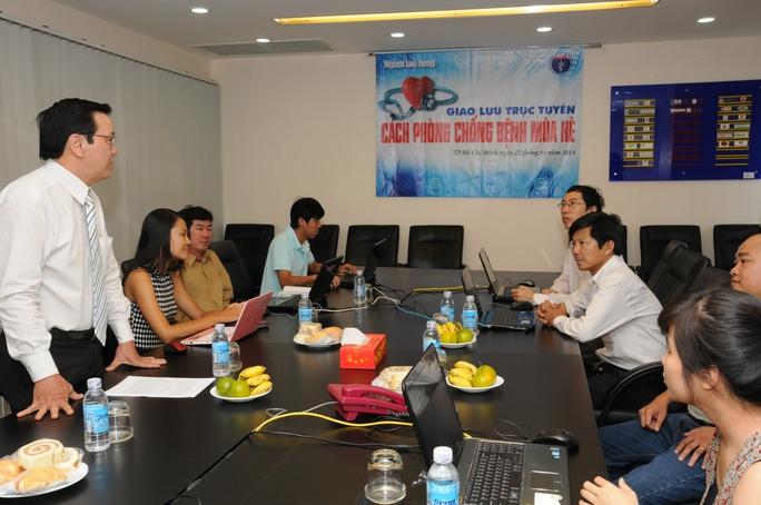 Ông Nguyễn Văn Tín - Phó Tổng Thư ký Báo Người Lao Động - cảm ơn các bác sĩ tham gia chương trình