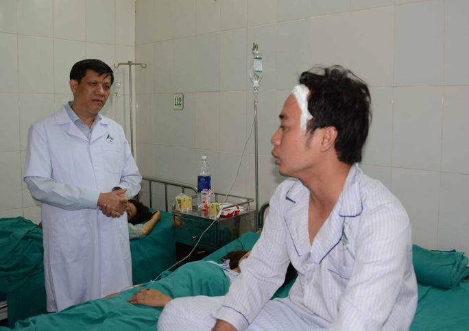 Thứ trưởng Bộ Y tế Nguyễn Thanh Long thăm hỏi bệnh nhân Nguyễn Việt Pháp, sinh viên ĐH KHXHNV nạn nhân trong vụ tai nạn.