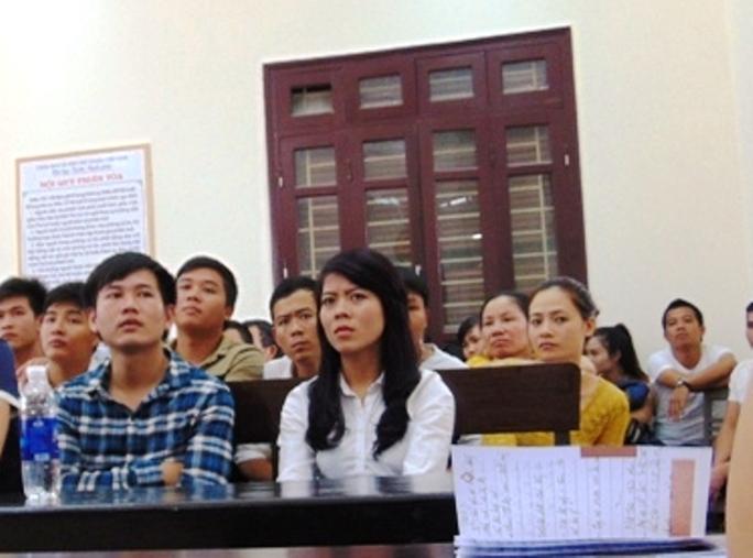 Nhưng suốt phiên tòa, mọi ánh nhìn lại đổ dồn về Nguyễn Thị Dung - người là nguyên nhân dẫn đến kết cục chồng cũ gần như tàn phế, người tình vào tù, bạn chồng chết, 2 đứa con bơ vơ