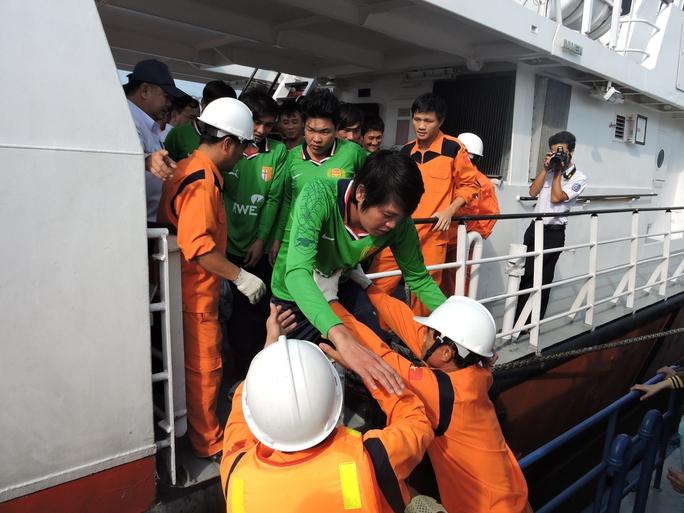 Ngư dân được đưa về đất liền sau những ngày kinh hoàng trên biển. Ảnh: Ngọc Giang