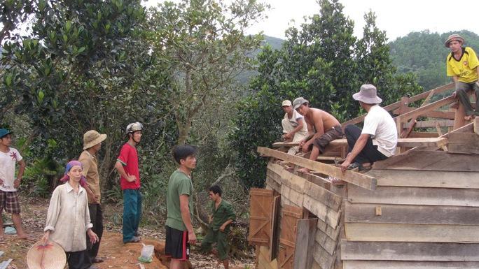 Người dân khẩn trương lợp lại mái nhà sau trận lốc xoáy