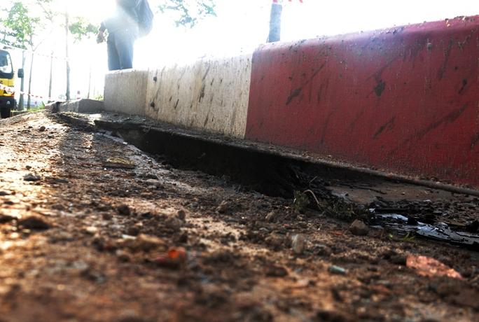 Các tấm chắn bằng bê tông bên lề đường bị xê dịch mạnh