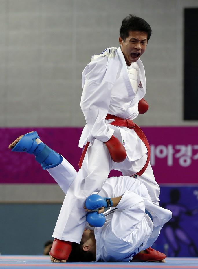 Nguyễn Thanh Duy (trên) hạ đối thủ người Kazakhstan