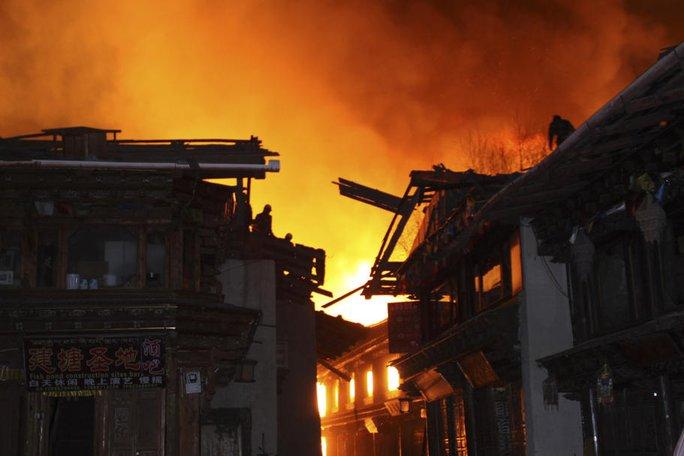 """""""Bà hỏa"""" thiêu rụi thị trấn cổ của Trung Quốc"""