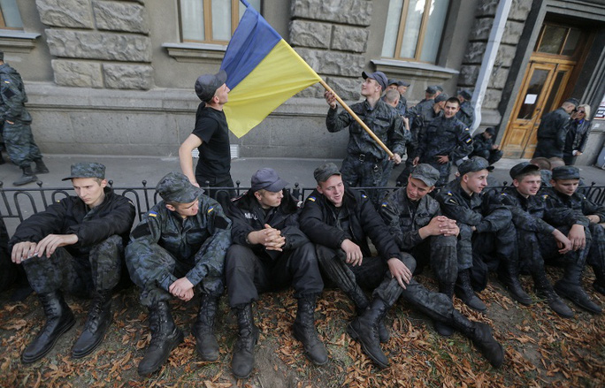 """Binh lính thuộc """"Lực lượngvệ binh quốc gia"""" Ukraine ngồi trước phủ tổng thống"""