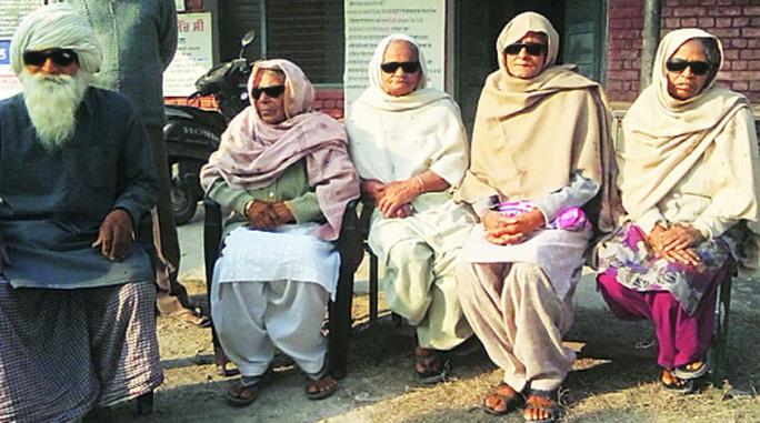 Người dân chờ mổ thay thủy tinh thể ở Ấn Độ. Ảnh: The Indian Express