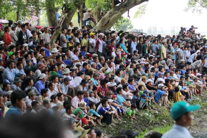 Lễ hội đã thu hút hàng ngàn người đến xem và cổ vũ