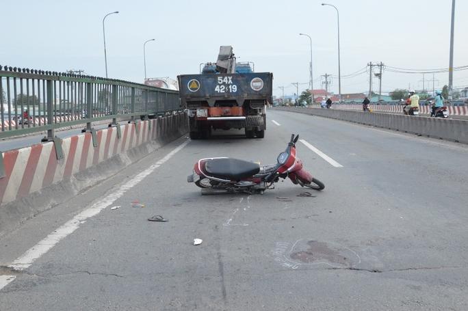Chạy vào làn đường ô tô với tốc độ nhanh, xe máy của anh Nguyên tông vào xe tải cẩu khiến anh thiệt mạng.