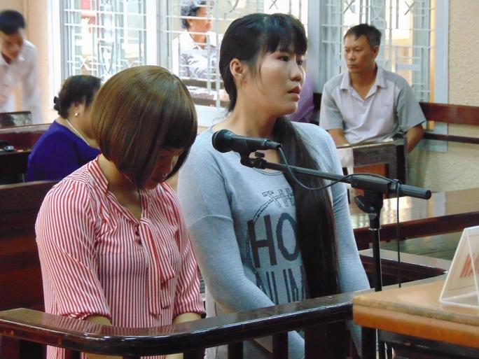 Trâm Anh (phải) và Hương trước tòa