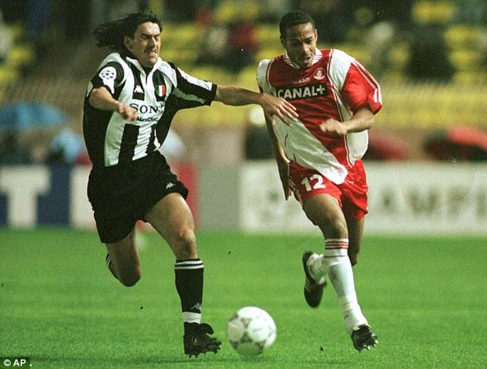 Henry trong màu áo Monaco, CLB đầu tiên của anh, tranh bóng với Moreno Torricelli của Juventus ở bán kết  Champions League 1998