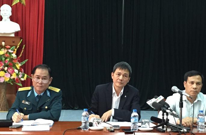 Cục trưởng Cục hàng không dân dụng Việt Nam Lại Xuân Thanh (giữa) chủ trì họp báo về 2 sự cố hàng không nghiêm trọng