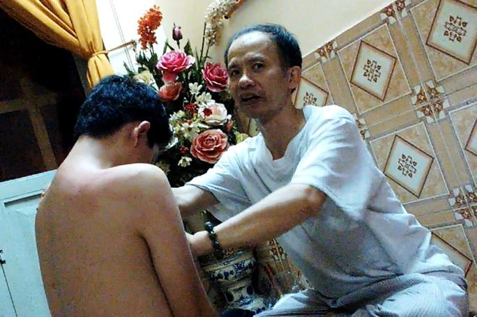 """Ông Dương Quang Vũ (tự xư """"Cậu Vũ"""", đệ tử của bà Hậu) tiến hành trị bệnh bằng phương pháp """"tà trừ âm khí"""""""