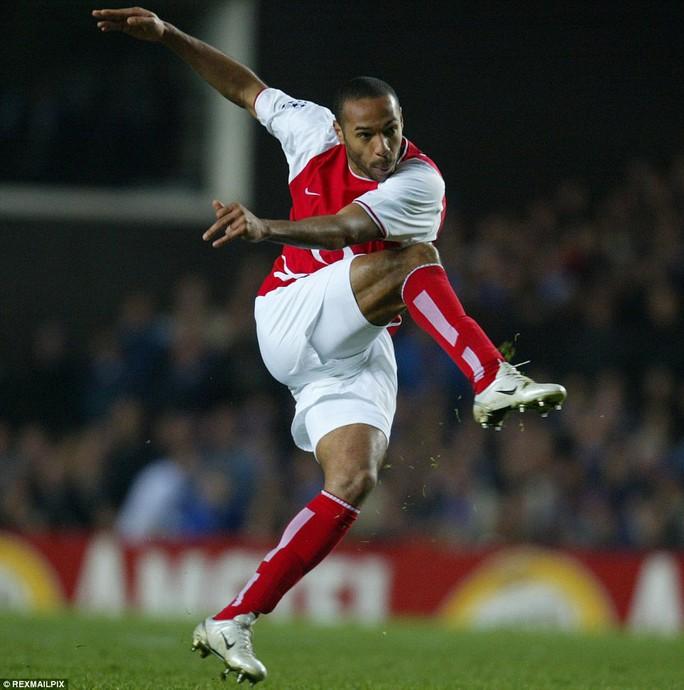 Những cú đá của Henry luôn gây khó  khăn cho thủ môn đối phương