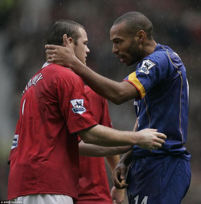 Chuỗi 49 trận bất bại của Arsenal cuối cùng đã kết thúc bởi trận thua 0-2 trước M.U của Wayne Rooney