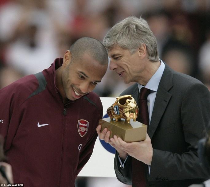 Henry nhận danh hiệu Vua phá lưới Premier League từ tay HLV Wenger
