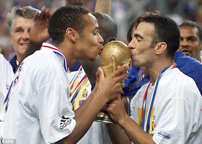 Henry và Youri Djorkaeff hôn chiếc cúp World Cup sau chiến thắng 3-0 nổi tiếng của Pháp trước Brazil ở Paris