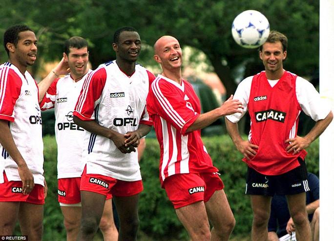Henry ở World Cup 1998: Từ trái sang phải: Henry, Zinedine Zidane, Patrick Vieira, Frank Leboeuf và Lionel Charbonnier