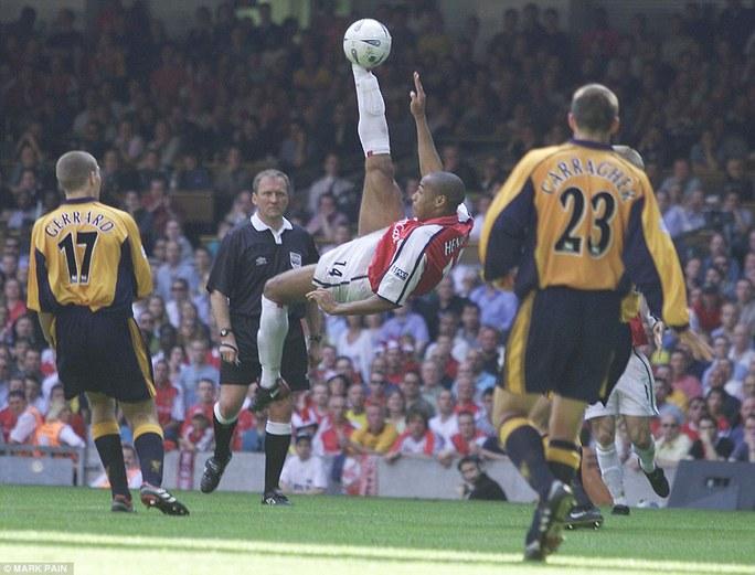 Henry ghi bàn ở chung kết Cúp FA 2001 với Liverpool. Trận này Arsenal thua 1-2