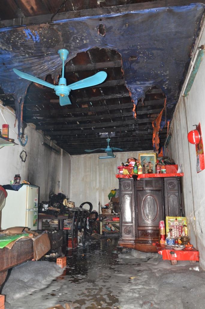 Trần nhà ông Minh sau khi cháy vào chiều 31-3.