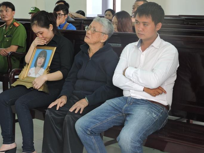Người thân của bà Dương Thị Thủy Bình Hà mang di ảnh bà Hà đến dự phiên tòa
