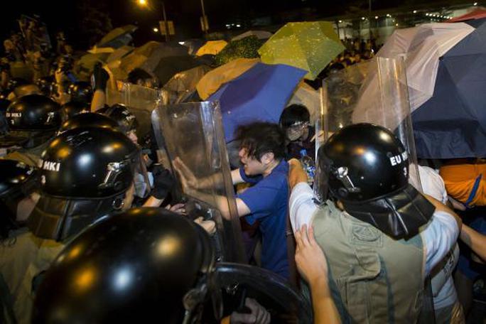 Đụng độ giữa người biểu tình và cảnh sát tối 26-9. Ảnh: Reuters