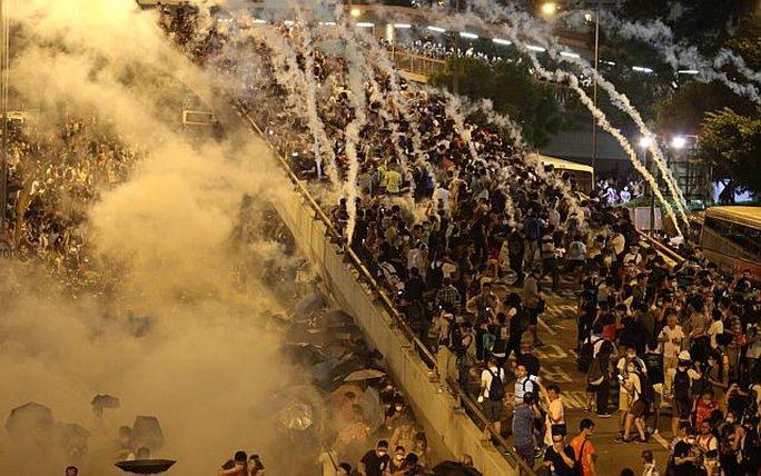 Hồng Kông hỗn loạn trong đêm 28-9. Ảnh: Reuters